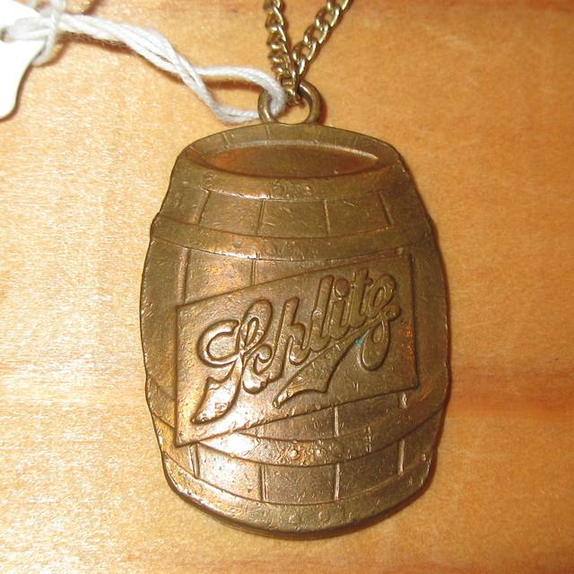 画像1: アンティーク Shlitz シュリッツ ビールメーカー 企業物 ペンダント / 170416